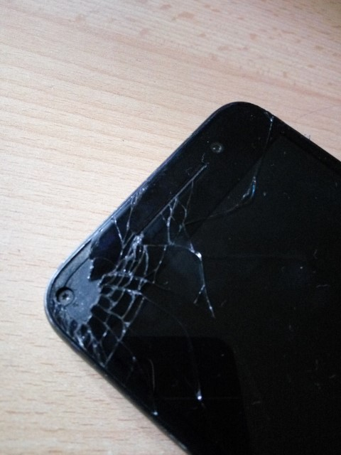 Kommentár nélkül: Csak pár kép egy sarkára ejtett HTC One A9 készülékről