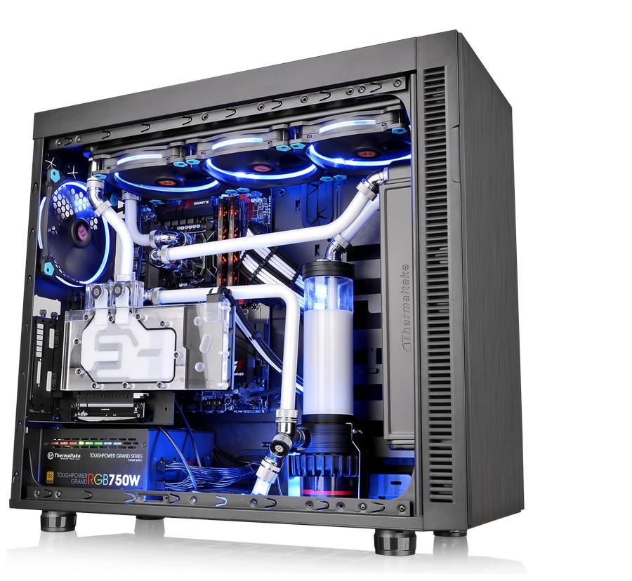 A Thermaltake bemutatja az edzett üvegű oldallappal szerelt Core V71, Core V51, Suppressor F51 gépházakat