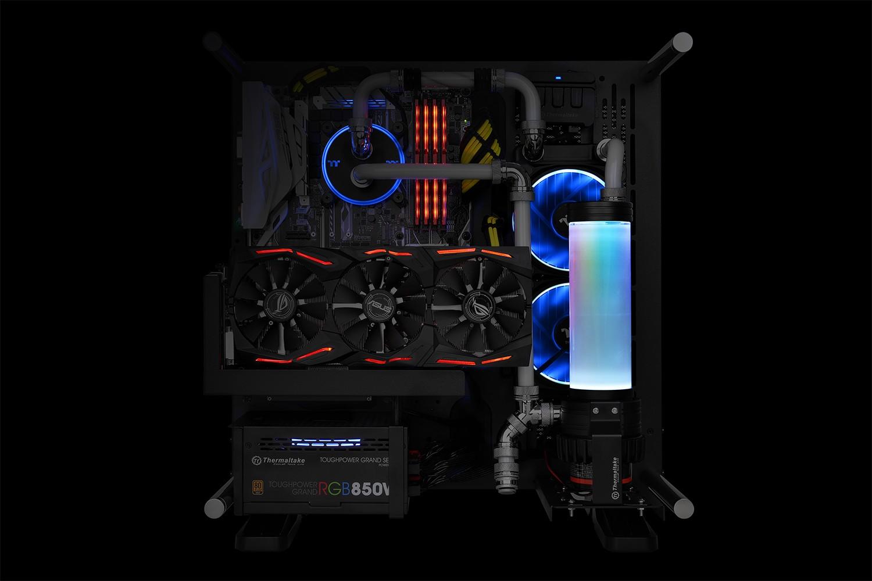 A Thermaltake bejelenti a Pacific PR22-D5 Plus kiegyenlítőtartály és vízpumpa kombóját, szoftveresen vezérelt, 16.8 millió színű tetővel